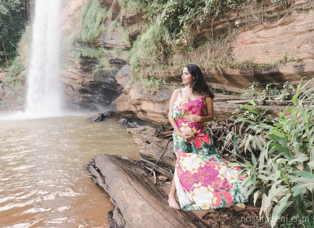 colorfull waterfall maternity session in brazil
